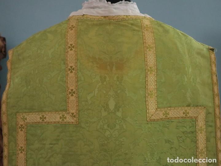 Antigüedades: Casulla de seda ornamentada con damascos en motivos religiosos. Pps. S. XX. - Foto 16 - 234764015