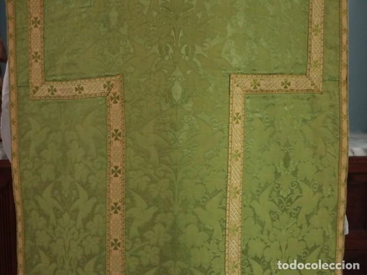 Antigüedades: Casulla de seda ornamentada con damascos en motivos religiosos. Pps. S. XX. - Foto 17 - 234764015