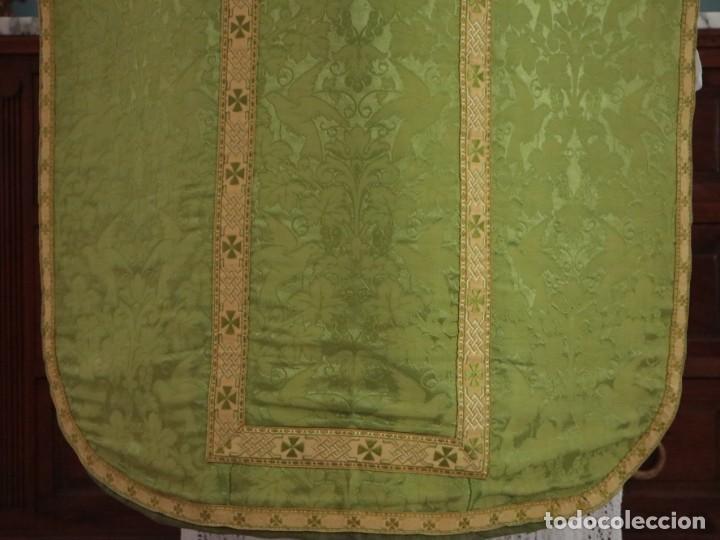 Antigüedades: Casulla de seda ornamentada con damascos en motivos religiosos. Pps. S. XX. - Foto 18 - 234764015