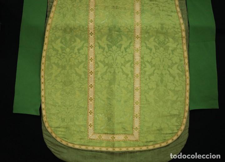 Antigüedades: Casulla de seda ornamentada con damascos en motivos religiosos. Pps. S. XX. - Foto 21 - 234764015