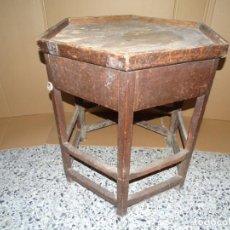 Antigüedades: ANTIGUA MESA HEXAGONAL DE ZAPATERO DEL SIGLO XIX CON CAJON ÚNICO POR AMBOS LADOS.. Lote 234772960