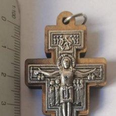 Antigüedades: BONITO Y ANTIGUO COLGANTE CRUZ CRUCIFIJO DE JERUSALEM. PLATA Y MADERA.CON INSCRIPCION POSTERIOR.. Lote 234782545