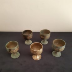 Antigüedades: JUEGO DE CINCO PEQUEÑAS COPAS DE BRONCE. Lote 234816330