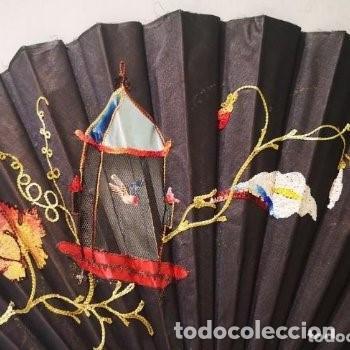 Antigüedades: Abanico, años 20,país tela, calada y bordada con motivo oriental,38 cm de longitud. - Foto 3 - 234850440