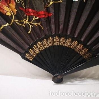 Antigüedades: Abanico, años 20,país tela, calada y bordada con motivo oriental,38 cm de longitud. - Foto 4 - 234850440