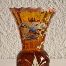 Antigüedades: PEQUEÑO JARRÓN CRISTAL ESMALTADO FIRMADO ROYO - GALLOS FLORES - DECORACIÓN. Lote 234902715