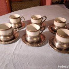 Antigüedades: PRECIOSO JUEGO DE CAFÉ DE PORCELANA CON TAZA Y PLATILLO DE 95% ESTAÑO. Lote 234929485