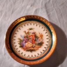 Antigüedades: ANTIGUO PLATILLO DE PORCELANA LIMOGES, IMAGEN ROMÁNTICA ,FILOS DE ORO. Lote 234961955