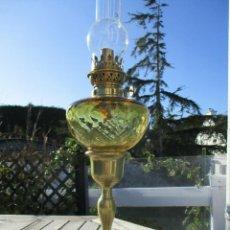 Antigüedades: ANTIGUA LAMPARA QUINQUE EN PETROLEO O ACEITE DEPOSITO CRISTAL AMBAR PIE DE BRONCE ART NOVEAU. Lote 234963750