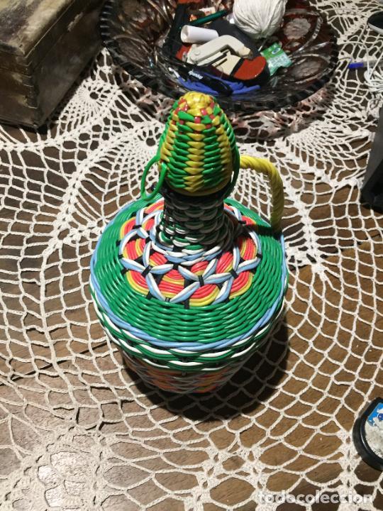 Antigüedades: Antigua garrafa DE CRISTAL DECORADA CON HILOS SCOUBIDOU DE PLASTICO DE COLORES. AÑOS 60 - Foto 2 - 234989305