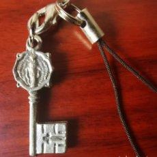 Antigüedades: ANTIGUA MEDALLA RELIGIOSA CON FORMA DE LLAVE. FIGURA VIRGEN. INCLUYE ENGANCHE PARA LLAVERO. Lote 235056155