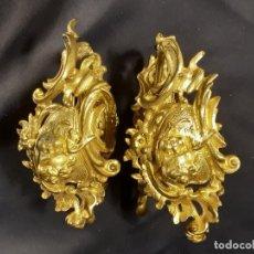 Antigüedades: PAREJA DE ALZAPAÑOS. CORTINA. BRONCE DORADO. ESTILO LUIS XV. FRANCIA. SIGLO XIX.. Lote 235069125
