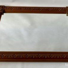 Antigüedades: ESPEJO CON ENMARCACIÓN DE MADERA DE CAOBA TALLADA. Lote 235096880