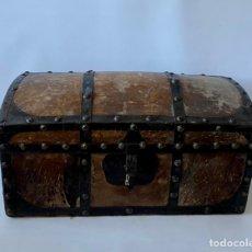 Antigüedades: BAÚL DE AJUAR DE PRINCIPIOS DEL SIGLO XX. MADERA FORRADA EN PIEL Y METAL. INTERIOR FORRADO.. Lote 235101195