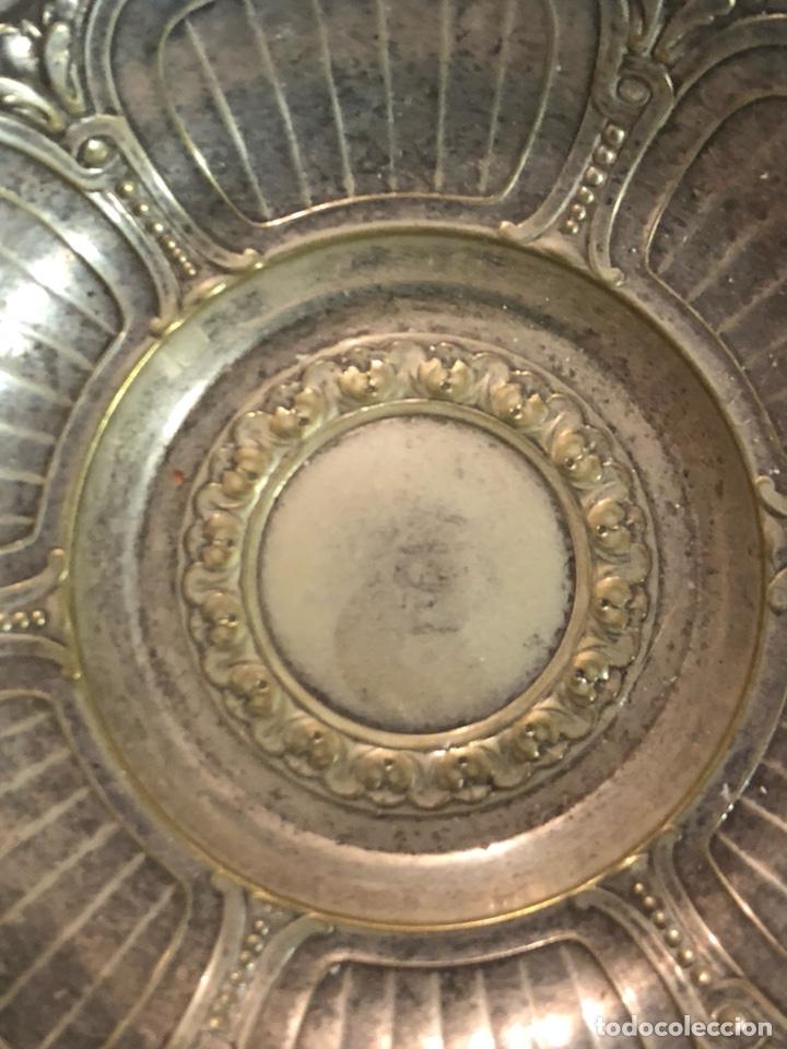 Antigüedades: Bonito plato limosnero antiguo, metal plateado - Foto 2 - 235102875