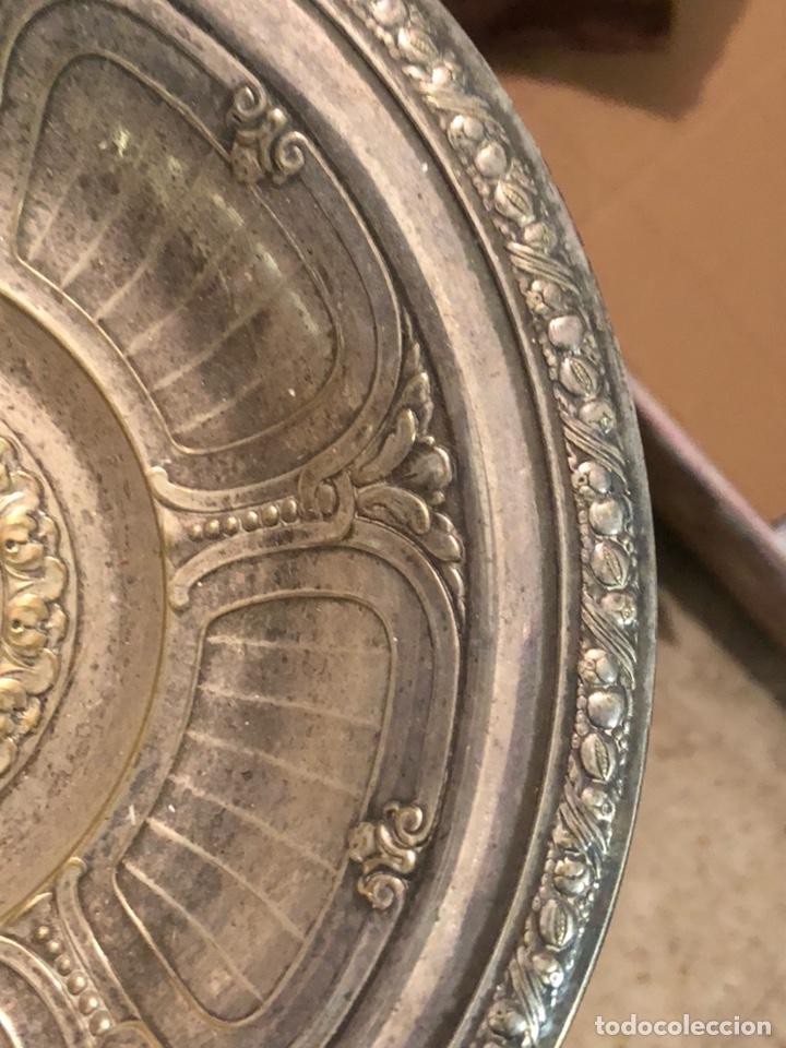 Antigüedades: Bonito plato limosnero antiguo, metal plateado - Foto 4 - 235102875