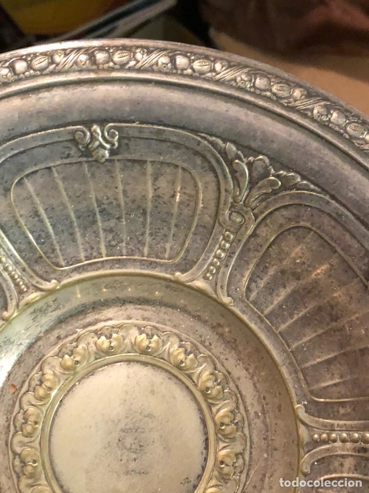Antigüedades: Bonito plato limosnero antiguo, metal plateado - Foto 5 - 235102875