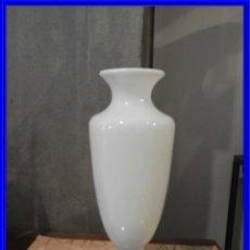 Antigüedades: JARRON DE OPALINA BLANCA ANTIGUO. Lote 235103170
