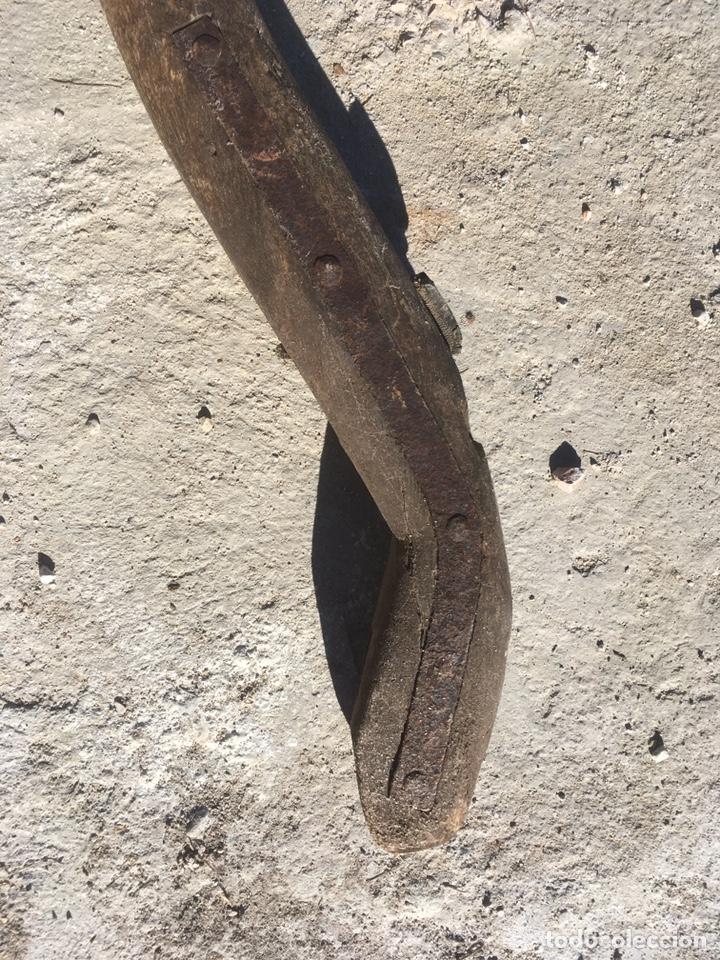 Antigüedades: Yugo madera, hierro y clavos de forja antiguo para decoración - Foto 7 - 235117870