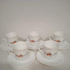 Antigüedades: JUEGO DE 5 TAZAS DE CAFÉ Y 5 PLATILLOS DE CRISTAL PRENSADO ARCOPAL CON ROSAS. Lote 235155620