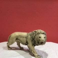 Antigüedades: ANTIGUA FIGURA LEON DE RESINA OJOS DE CRISTAL- VER FOTOS. Lote 235246780