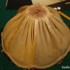 Antigüedades: ANTIGUA LAMPARA CON PANTALLA DE TELA Y PIE DE MADERA VER FOTOS. Lote 235309965