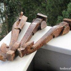 Antigüedades: 3 PATAS ARTESANALES PARA MUEBLE EN MADERA NOBLE CABEZA DE ELEFANTE CON OREJAS ARTICULADAS. Lote 235345485