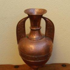 Antigüedades: PRECIOSO JARRON DE COBRE REPUJADO TIPO ALHAMBRA, 48 CM ALTURA.. Lote 235360830
