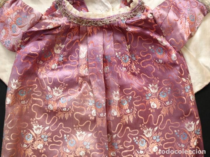 Antigüedades: Conjunto de ropas confeccionadas en seda y encajes para imagen de vestir o cap i pota. Pps. S. XX - Foto 2 - 235373345