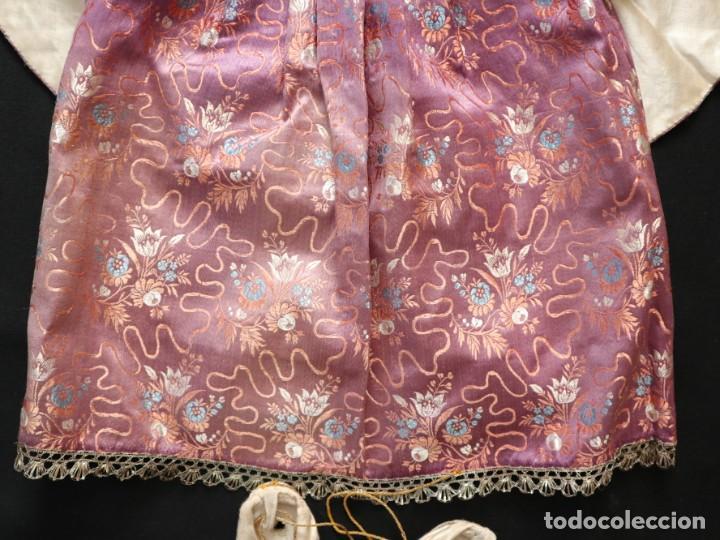 Antigüedades: Conjunto de ropas confeccionadas en seda y encajes para imagen de vestir o cap i pota. Pps. S. XX - Foto 3 - 235373345