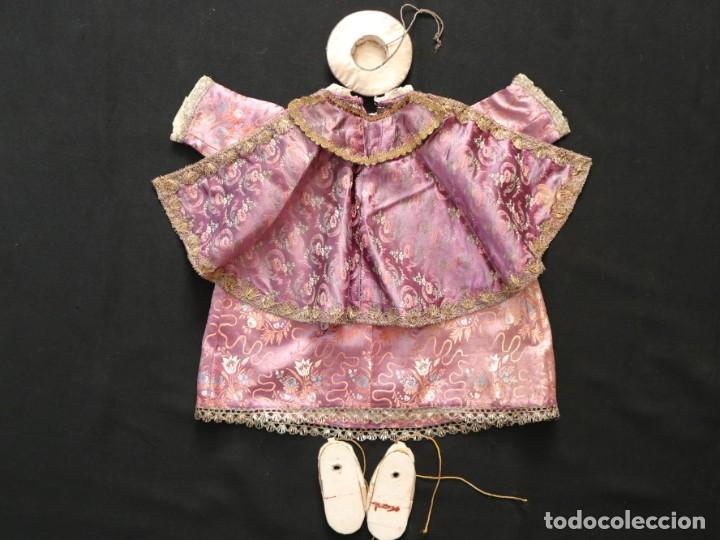 Antigüedades: Conjunto de ropas confeccionadas en seda y encajes para imagen de vestir o cap i pota. Pps. S. XX - Foto 5 - 235373345