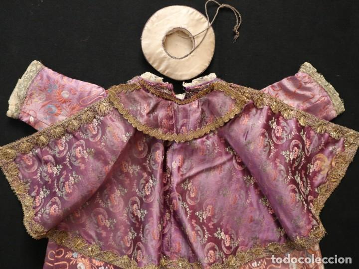Antigüedades: Conjunto de ropas confeccionadas en seda y encajes para imagen de vestir o cap i pota. Pps. S. XX - Foto 6 - 235373345