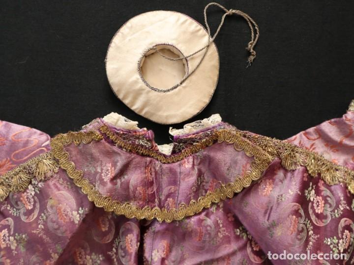 Antigüedades: Conjunto de ropas confeccionadas en seda y encajes para imagen de vestir o cap i pota. Pps. S. XX - Foto 7 - 235373345