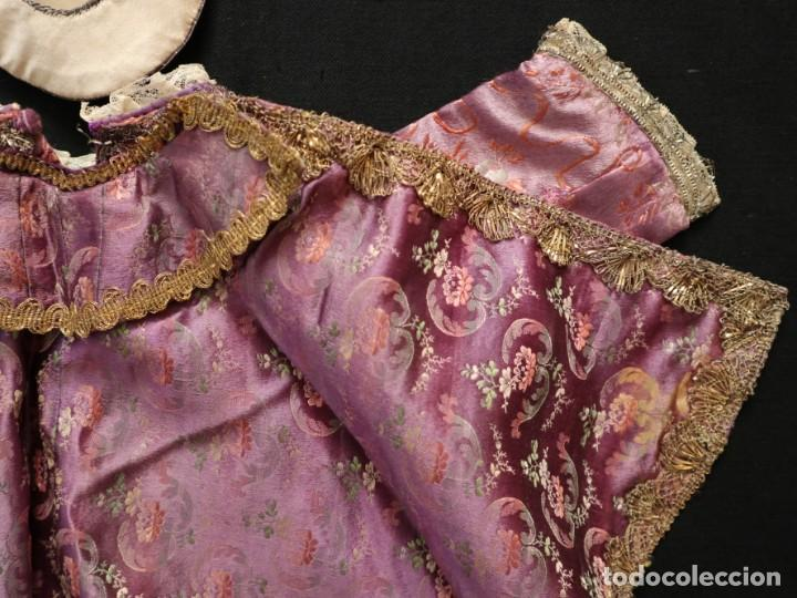 Antigüedades: Conjunto de ropas confeccionadas en seda y encajes para imagen de vestir o cap i pota. Pps. S. XX - Foto 8 - 235373345