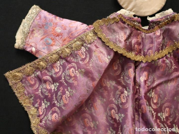 Antigüedades: Conjunto de ropas confeccionadas en seda y encajes para imagen de vestir o cap i pota. Pps. S. XX - Foto 9 - 235373345