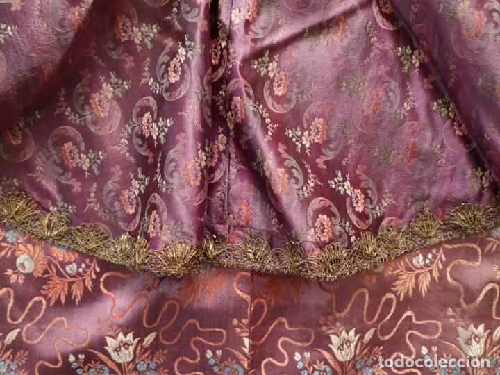 Antigüedades: Conjunto de ropas confeccionadas en seda y encajes para imagen de vestir o cap i pota. Pps. S. XX - Foto 10 - 235373345