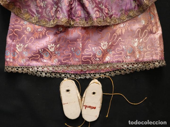 Antigüedades: Conjunto de ropas confeccionadas en seda y encajes para imagen de vestir o cap i pota. Pps. S. XX - Foto 11 - 235373345