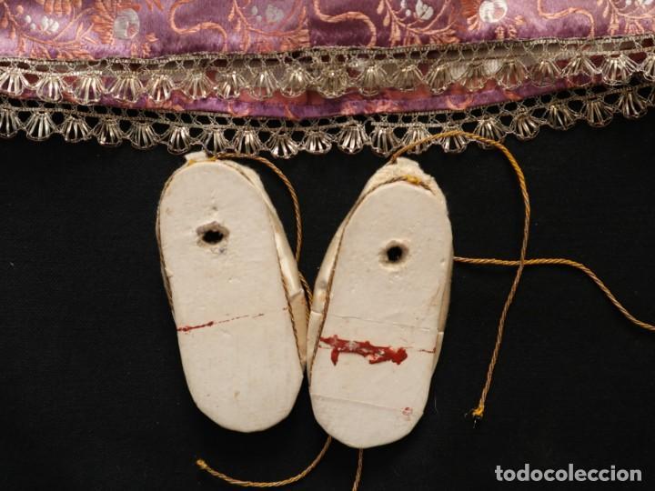 Antigüedades: Conjunto de ropas confeccionadas en seda y encajes para imagen de vestir o cap i pota. Pps. S. XX - Foto 12 - 235373345