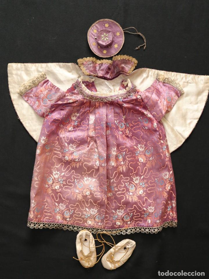 Antigüedades: Conjunto de ropas confeccionadas en seda y encajes para imagen de vestir o cap i pota. Pps. S. XX - Foto 14 - 235373345