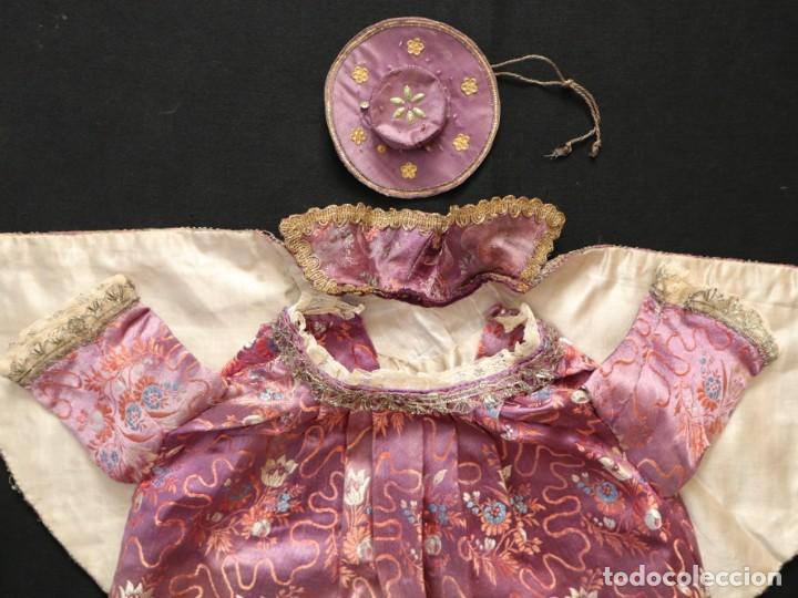 Antigüedades: Conjunto de ropas confeccionadas en seda y encajes para imagen de vestir o cap i pota. Pps. S. XX - Foto 15 - 235373345