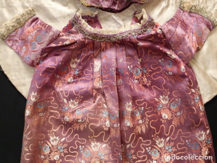 Antigüedades: Conjunto de ropas confeccionadas en seda y encajes para imagen de vestir o cap i pota. Pps. S. XX - Foto 16 - 235373345