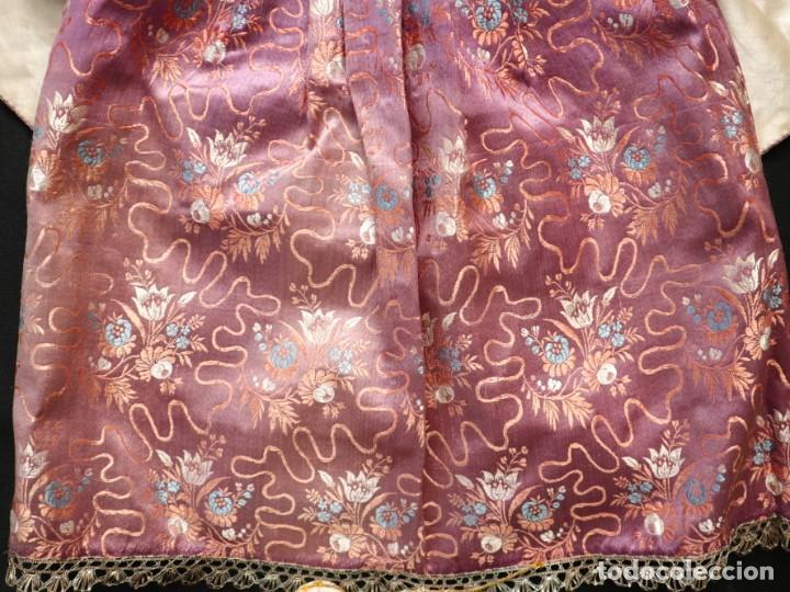 Antigüedades: Conjunto de ropas confeccionadas en seda y encajes para imagen de vestir o cap i pota. Pps. S. XX - Foto 17 - 235373345