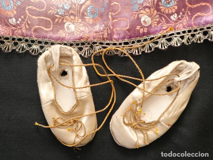 Antigüedades: Conjunto de ropas confeccionadas en seda y encajes para imagen de vestir o cap i pota. Pps. S. XX - Foto 18 - 235373345