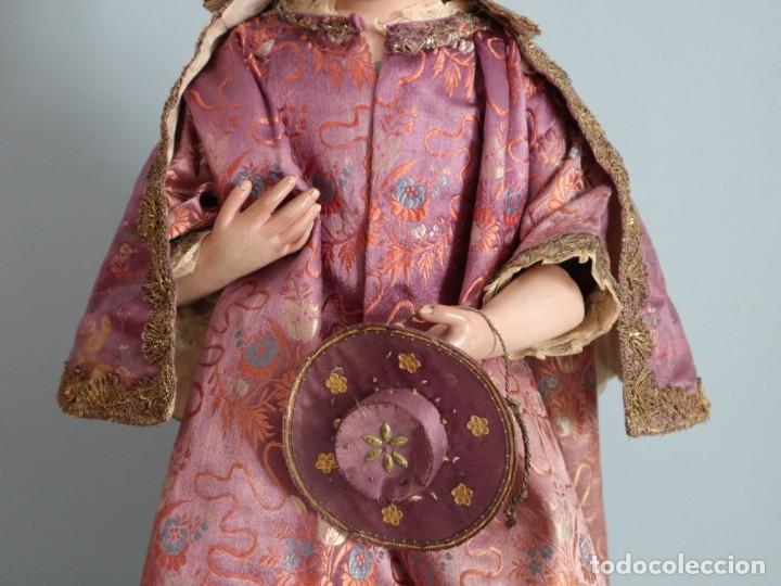Antigüedades: Conjunto de ropas confeccionadas en seda y encajes para imagen de vestir o cap i pota. Pps. S. XX - Foto 21 - 235373345