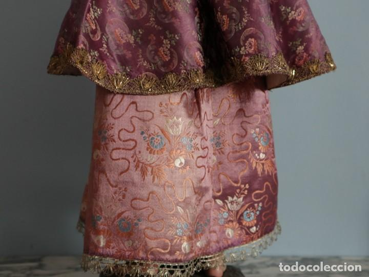 Antigüedades: Conjunto de ropas confeccionadas en seda y encajes para imagen de vestir o cap i pota. Pps. S. XX - Foto 27 - 235373345