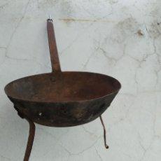 Antigüedades: ANTIGUA SARTEN HIERRO PARA LEÑA TRIPODE IDEAL COLECCION. Lote 235403590