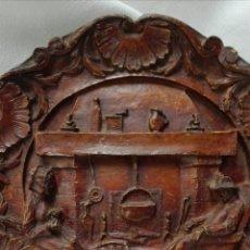 Antigüedades: PLATO COLGAR MADERA TALLADA. Lote 235436825