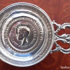Antigüedades: CENICERO EN ALPACA CON UNA MONEDA DE ALFONSO XIII. Lote 235440790