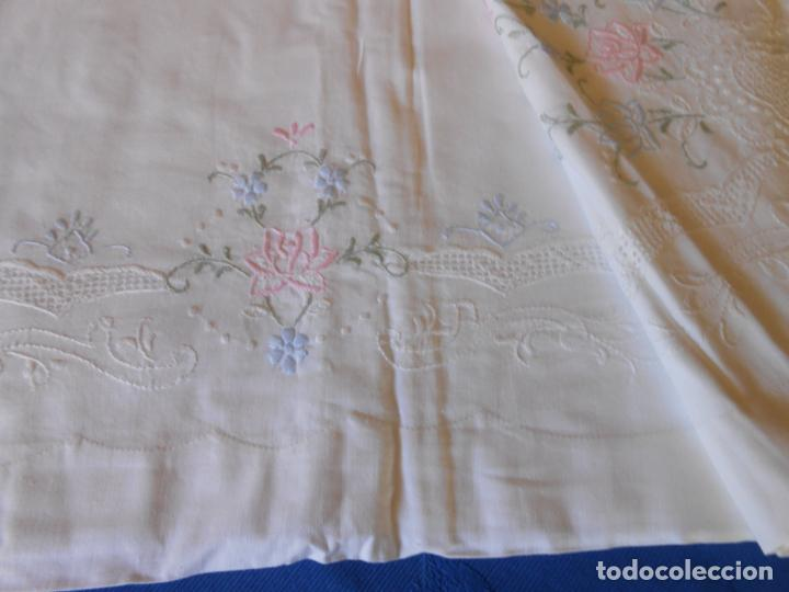 Antigüedades: Juego Sabanas, cama matrimonio 230 x 276.Bordado a mano totalmente con 2 fundas almohadas - Foto 18 - 235469975