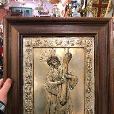 Antigüedades: CUADRO DE MADERA CON PLACA DE METAL REPUJADO JESUS DEL GRAN PODER SEVILLA - MEDIDA MARCO 46,5X39 CM. Lote 235536245